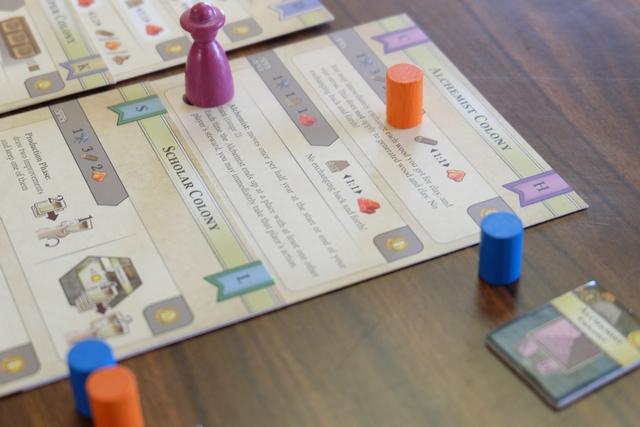 Après hésitation, car je trouvais un peu facile de retourner sur le Storekeeper tant apprécié la dernière fois, j'opte pour le premier niveau de Alchemist Colony, prometteuse au niveau 2... D'où le déplacement de mon cylindre orange sur le carton correspondant.