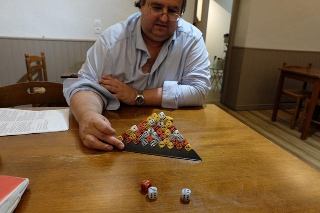Petite vue en début de partie, alors qu'on s'est mis d'accord sur une échelle de points en fonction des couleurs de dés : blancs : 3 points, jaunes : 5 points, rouges : 10 points et bleu : 20 points. Un seul dé bleu, hein...