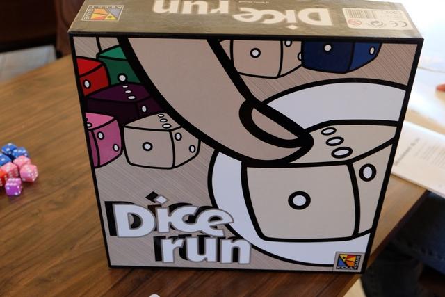 Premier jeu de dés joués, pour se préparer à la soirée, l'ancien Dicerun, pas si formidable que ça, mais parfaitement dans le thème...