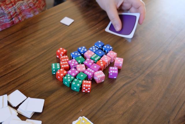 """Superbe matos en tout cas ! Ci-dessus, ce sont tous les dés violets qui avanceront d'une """"case"""" virtuelle suite au choix de Véronique de joue cette carte. Visiblement, elle a une tuile d'objectif violette la dame... ;-)"""