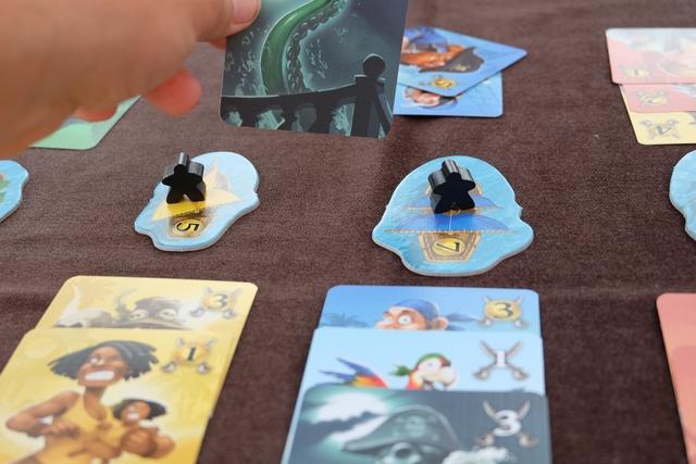 Un peu plus tard, j'utilise un kraken pour détruire la dernière carte jouée par Leila dans une des colonnes, à savoir la bleue, pour asseoir ma majorité sur cette couleur. Elle couine...