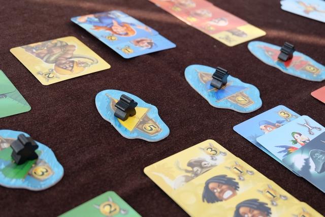 Incroyable : à cet instant de la partie, je suis majoritaire sur tous les bateaux ! Par contre, Leila semble avoir collecté plus de cartes que moi sous son coffre, grâce à ses majorités précédentes...