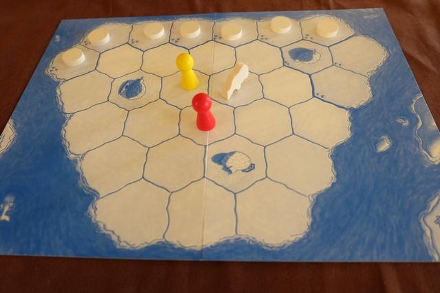 Mise en place de la troisième manche, avec Leila dans le rôle des chasseurs rouge et jaune, tandis que je joue l'ours blanc...