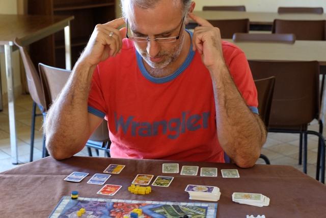 Premier moment d'intense réflexion pour Yohel, au moment de diviser en 3 lots les 6 cartes d'action et les 4 cartes de pénalités qu'il a piochées. On sent, déjà, que la partie pourrait durer... ;-)