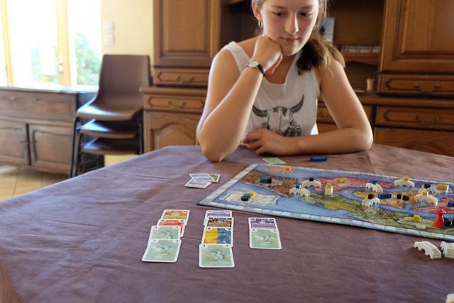 A mon tour, je viens de réaliser trois lots avec les cartes piochées. Lila hésite... Normal !