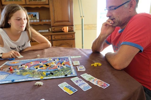 Sans beaucoup m'avancer, je peux affirmer que le jeu, et surtout son vicieux système de partage, plaît énormément à Lila et Yohel...