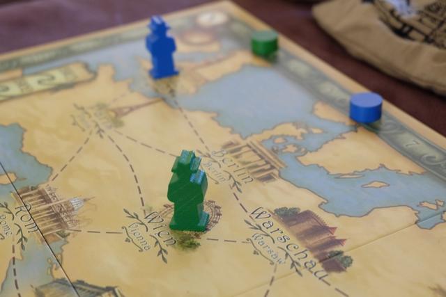 Leila a commencé la partie en déplaçant à Londres son archéologue bleu, pour la prise d'une carte de connaissance spécifique sur l'Égypte, tandis que j'ai fait venir le mien à Vienne, histoire d'y collecter une première carte d'assistant...