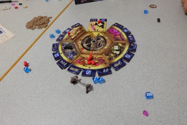 Fin de premier grand tour, après que chaque joueur a pris un dé et a réalisé l'action de la tuile où il l'a pris : ressources + pouvoir.