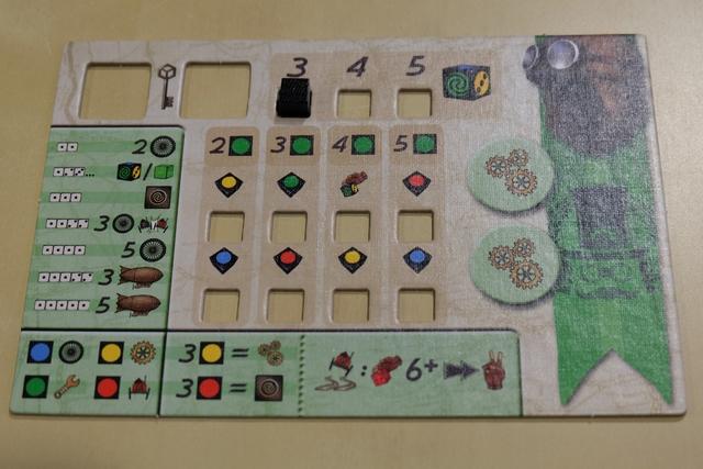 Comme dans chaque jeu de la boîte, les joueurs ont chacun un plateau individuel sur lequel ils vont garder trace de l'évolution de leurs compétences, mais en fonction du jeu joué. Ci-dessus, voici le mien pour le jeu de course. En bas, on peut voir les possibilités inhérentes aux combinaisons de couleurs, alors qu'à gauche on peut voir celle liées aux valeurs des dés lancés.