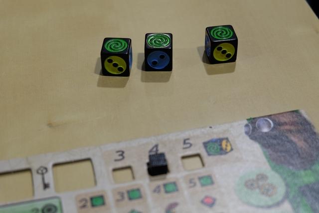 Pas moins de trois dés Dicium peu après ! Ces sortes de dés jokers permettent d'incarner la valeur de son choix mais pas la couleur (autrement dit ils restent verts). Ainsi, je passe de 3 dés à lancer par tour à 4, en disant que ce sont trois dés verts.