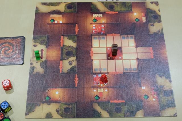 En début de partie, le Shogun trône au milieu de son palais, sous la surveillance d'un samouraï rouge présent sur une tuile Garnison, tandis que les ninjas, verts, commencent à arriver via un Torii...