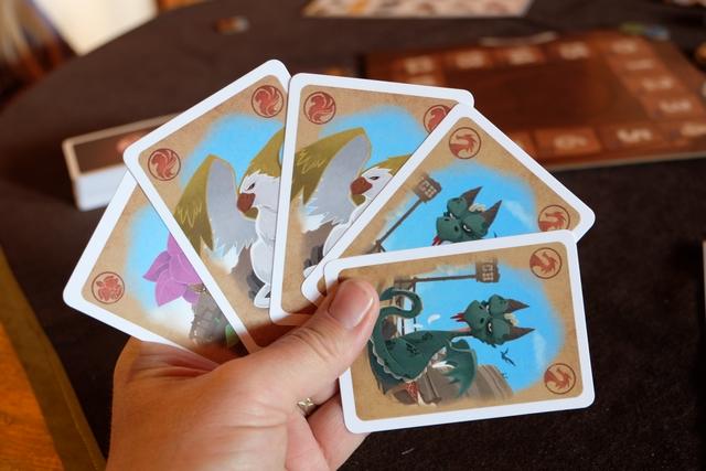 Ma main de cartes en début de partie : une mandragore, deux griffons et deux dragons. Il faut bien comprendre que ces cartes ne sont pas essences nées, mais seulement des possibilités de les assembler (voire la zone de combinaison sur l'aide de jeu ci-dessus) pour en obtenir. Il me manque un type de carte, le fermier, ce dernier semblant très utile pour renforcer le pouvoir d'un assemblage de cartes.