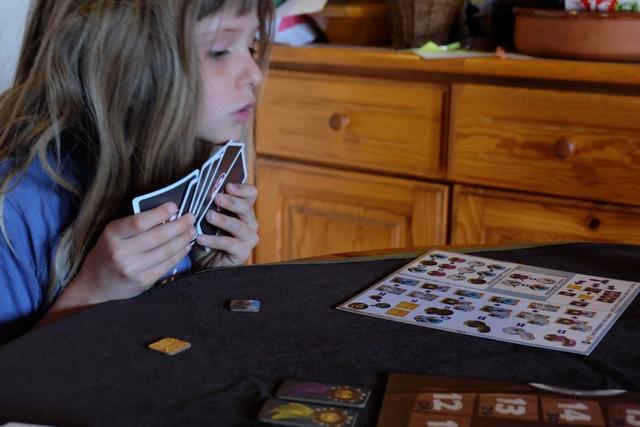 Ah oui, ça oui, Leila doit se coltiner avec sérieux le déchiffrage de l'aide de jeu pour voir ce qu'elle peut faire comme combinaison. C'est d'ailleurs un poil fastidieux car pas toujours très logique (notamment l'obtention de lingots et l'utilisation de ceux-ci comme joker de carte). On va s'y faire, je vous rassure... ;-)