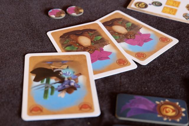 Petit exemple concret d'utilisation des cartes : Leila joue deux mandragores + un fermier et elle obtient deux jetons d'essence de mandragore. Ce sont ces jetons qui, par la suite, permettront à ses griffons (à venir) de se nourrir, ces derniers étant eux-même mangés par les dragons qui auront éclos (un œuf ne se nourrit pas). Voilà pour la logique interne du jeu, plutôt bien vue, surtout quand, comme moi, on s'intéresse à la notion de chaîne alimentaire dans les jeux...