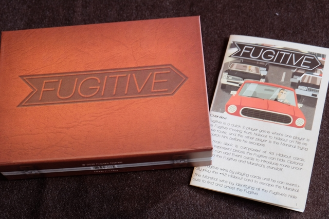 Fugitive est un jeu pour deux joueurs exclusivement, du grand Tim Fowers, dans l'univers ultra-immersif de Burgle Bros (l'un de mes chouchoux de ces dernières années)... Ce jeu est une sorte de cache-cache / course poursuite entre un fugitif et une détective qui tente de l'attraper. Jouissif et très très beau...