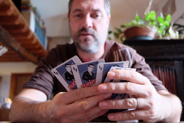 Il commence à réfléchir le père Grissom87... L'originalité bluffante du jeu réside dans les choix qu'il peut opérer : il doit jouer une carte face cachée à la suite de la carte 0 déjà sur la table, sans dépasser un écart de 3 en valeur (donc soit la 1, soit la 2, soit la 3). Enfin... presque ! En effet, il a le droit de poser un nombre de cartes de son choix, face cachée encore une fois, en-dessous de celle qu'il joue, non pas pour leurs valeurs mais pour le nombre de pas qui y figure. Par exemple, s'il place la carte 5, face cachée, il doit mettre en-dessous deux pas, soient venant d'une carte, soient de deux, afin de combler l'écart de 5 unités entre le 0 et le 5. Compris , Et c'est là que le bluff opère à fond...