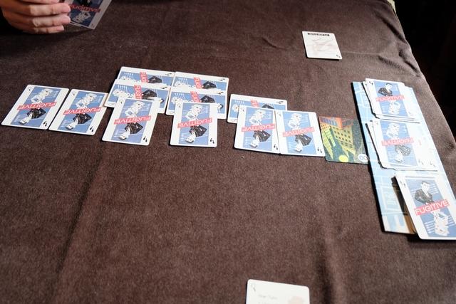 De pire en pire : 6 lieux parcourus par David sans que je n'en trouve le moindre ! Il faut dire qu'annoncer deux lieux à la fois est très (trop ?) risqué... Et, par exemple, si je demande le lieu n°10 au moment où il a joué trois cartes, et qu'il ne dit rien, rien ne me prouve que la 4ème carte jouée ne soit pas le lieu n°10 justement ! En effet, il peut très bien se déplacer lentement d'un lieu à un autre, en bluffant en mettant des cartes de pas sous les lieux, c'est autorisé...
