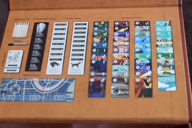 L'intérieur de la boîte de jeu renferme des informations plus qu'intéressantes pour le Marshal. En effet, y figurent toutes les cartes du jeu, avec le nombre de pas en fonction des lieux. Ainsi, par exemple, s'il a identifié que je n'ai pas joué la carte n°1 et 2 pour leur lieu, je les utiliserai, plus tard, pour leur nombre de pas : 1 pour la n°1 et 2 pour la n°2...