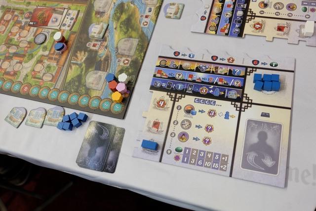 Chaque joueur a un plateau individuel et des éléments (des cubes bleus pour moi + une barre bleue valant deux cubes). Le tout est très bien fait et iconographié. Une réussite !