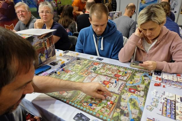 Nous jouons cette demi-partie de découverte à 4 joueurs sur le stand de Game Brewer, accompagnés, David et moi, par Jakub et Joana (désolé pour les éventuelles fautes d'orthographe). Pourquoi une demi-partie ? Tout simplement parce qu'il y avait foule sur le stand et qu'on avait déjà une bonne idée du jeu à ce moment-là. Et oui, Essen c'est ça aussi ! Ce n'est pas ce qui me plaît le plus...