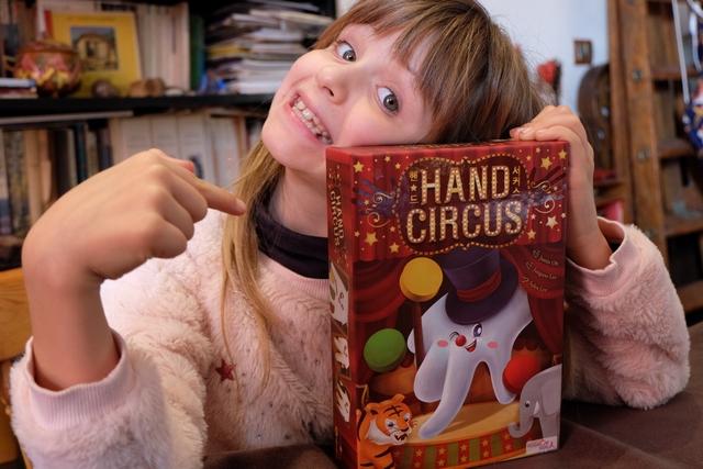 Ce jeu-là, on sait très bien à qui il est ! Pas de doute... Forcément il m'avait fait penser à Meeple Circus quand je l'avais réservé avant Essen, et comme Leila l'adore... Sera-ce le cas en y jouant ? Je fais confiance à Justin Oh pour nous proposer un divertissement réussi et différent sur le thème du cirque.