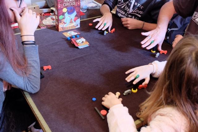 """C'est un jeu à litiges par contre : """"c'est pas tout à fait pareil"""", """"ton doigt est plus écarté"""", ... Enfin, vous devinez la chose !"""