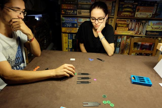 Le sel du jeu semble se situer dans le faux guidage des autres sur son choix de pose de jeton de pari...