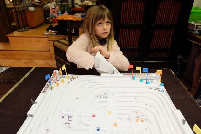 Allez, on y est, c'est parti pour la première partie à 3 joueurs : Leila, Tristan et moi. Ci-dessus, Leila pioche les billes de départ sans les regarder.