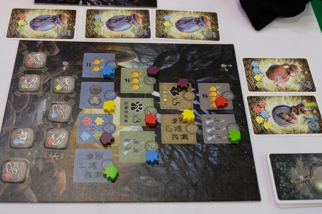 Parmi les éléments de ce jeu dans l'univers des druides, on a ce plateau d'objectifs qui rapporteront des PV aux joueurs qui réussiront à les atteindre (et un bonus = une ressource, pour le premier à y parvenir) : une ressource de chaque dans son stock, un triskell de chaque couleur déjà récupéré, 3 potions différentes réalisées, ...