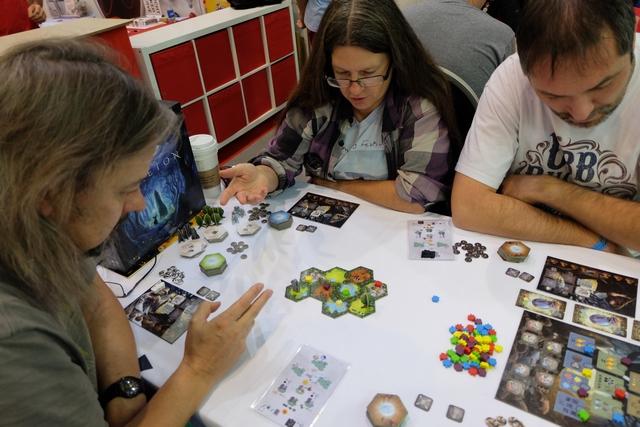 Nous jouons cette partie à 4 joueurs, attablés avec Richard (druide blanc), Jenny (druide gris), Grissom87 (druide noir) et moi-même (druide doré). Il semble y avoir une multitude de choses à penser pour bien jouer durant cette partie, sans commettre d'erreurs de règles sans le faire exprès.