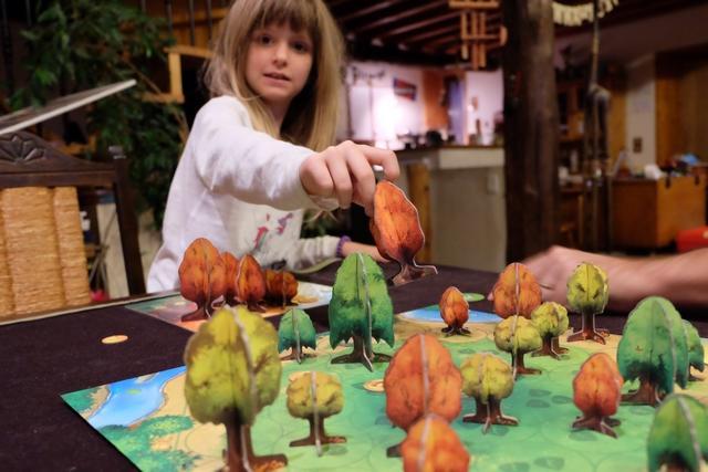 Au tour de Leila de manipuler du gros arbre ! :-)