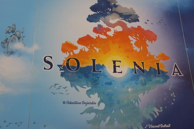 La boîte de Solenia, toute blanche et épurée, a beaucoup de cachet. En aura-t-on besoin au moment d'en découvrir les règles et d'y jouer ? ;-)