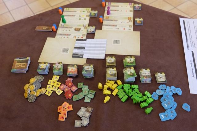 """Pour cette partie à deux joueurs, sur table hexagonale juste idéale, je trouve -peut-être- l'optimum au niveau de la disposition, avec les tuiles de bâtiments, classées en fonction de leur """"effet"""" et les ressources correspondantes en-dessous, les colonies au-dessus."""