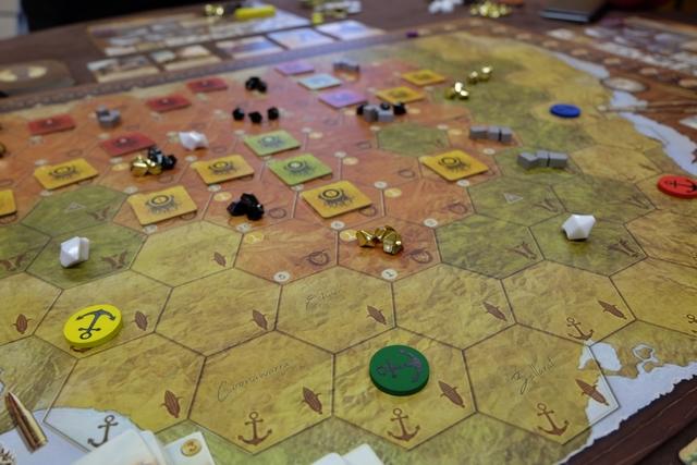 Chaque joueur positionne un port de départ, lieu d'arrivée de son groupe de personnages, avec les bleus pour Hervé, les jaunes pour Véronique, les rouges pour Fabrice et les verts pour moi. Sur l'une des cases de la côte, cela va sans dire...
