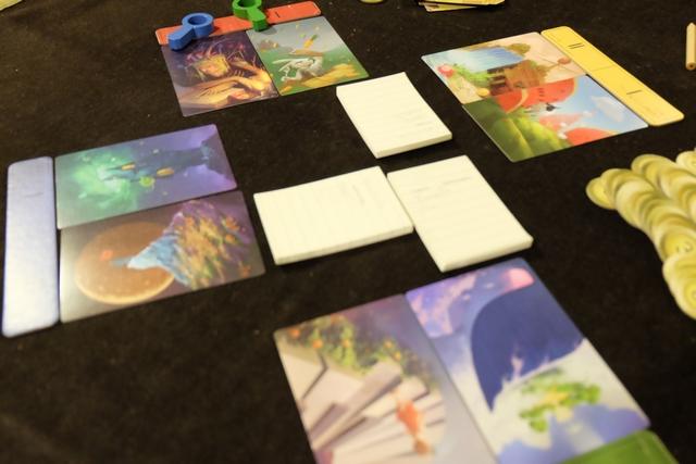 """J'ai fait un essai sur la série ci-dessus où Tristan était le joueur actif. Il me transmet un carnet avec écrit le mot """"Rêve""""' alors qu'il a joué la carte avec la pastèque. Je me dis que je vais emmener le conspirateur vers un mauvais chemin en jouant une carte avec de la bouffe. Au deuxième tour, je fais la même chose, en jouant encore de la bouffe, toujours avec un rapport aux rêves, pour pouvoir me justifier moi-même. Et, au final, ça plante de ça plante !!! J'accuse Julie, tout comme Maitena, alors la conspiratrice était, une fois encore, Maitena ! Aïe, aïe, aïe..."""