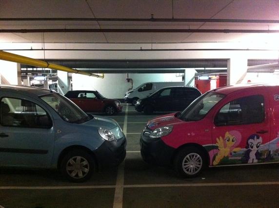 Avant de rentrer à l'auberge, je ne peux m'empêcher de photographier ma voiture en face de sa sœur presque jumelle dans le parking...