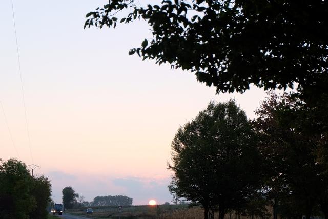 Essen nous voilà !!! Ici, au soleil levant, sur le coup de 8h00, nous arrivons à Villefranche sur Saône où je vais laisser Tristan et Leila pour quelques jours... A nous l'Allemagne mon cher David !