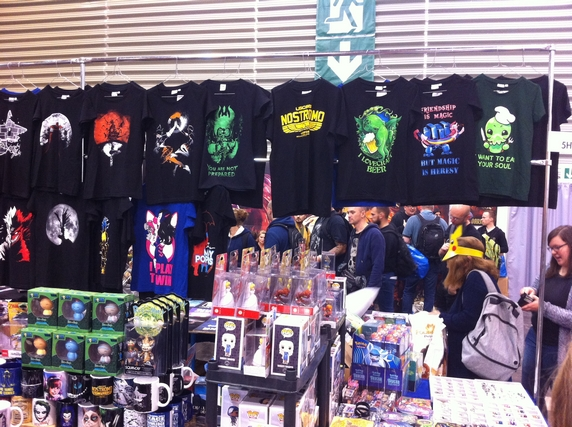 """A Essen, il y aussi des tee-shirts dans tous les sens, avec parmi la sélection ci-dessus, l'un d'eux que j'aimais beaucoup mais que je n'ai pas rapporté, craignant de ne pas avoir souvent l'opportunité de le porter : """"I lovecraft beer"""" juste génial !!!"""