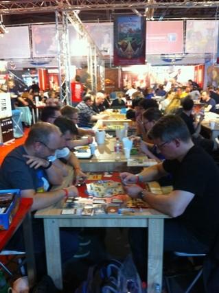 A noter que le public joue sur les fameuses tables à 1500 - 3000 € présentées sur le salon ! Des tables spéciales pour jouer sur un revêtement particulièrement plaisant, avec des artifices inutiles donc indispensables... ;-)