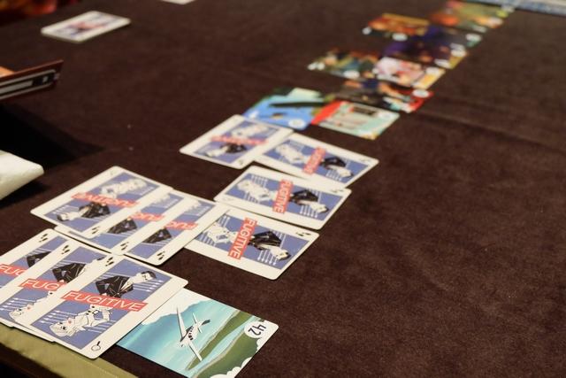 Ça y est, je viens de jouer la fatidique carte 42, celle de l'avion ! Comme Joris n'a pas révélé de carte au moins du n°29, il va pouvoir lancer une chasse à l'homme ! Mais, pour le coup, typiquement, il n'a pas le droit à l'erreur pour identifier mes trois cartes jouées... On notera ma stratégie d'avoir choisi de mettre deux fois 3 cartes de sprint pour les deux dernières cartes, brouillant clairement les pistes...