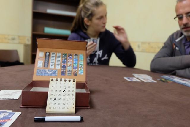 Comme vous pouvez le voir, à droite, elle a opté pour une première carte avec sprint, suivie d'une deuxième normale. De mon côté, j'ai commencé à rayer les n° des cartes piochées et je lui ai demandé si elle avait joué la carte 10 alors que deux cartes sont sur la table (d'où le petit 2 en-dessous du n°10).