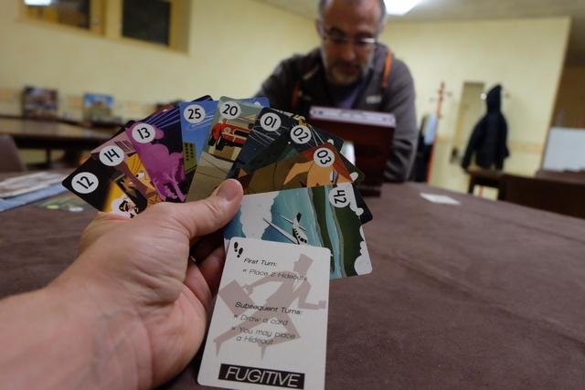 Troisième et dernière manche pour cette journée, avec ma main de cartes en tant que Fugitif, devant un Yohel que je compte berner en allant vite et loin...