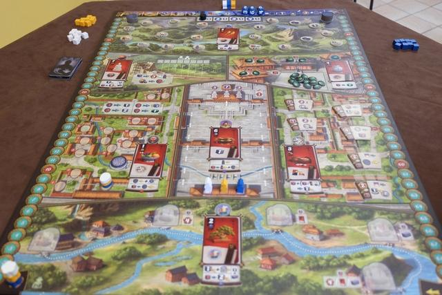 Le jeu a été mis en place et il est clairement superbe ! Lila utilise les éléments bleus, Yohel les blancs et moi-même les orange... Le hasard désigne Yohel comme premier joueur.