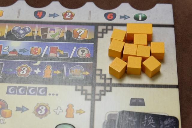 Je vais attaquer cette quatrième et dernière manche archi-blindé au niveau de mes cubes !!! Clairement, je sais que celle-ci devrait être intéressante et, soyons fou, peut-être susceptible de me voir revenir dans le jeu... Au sujet du cube de taille 2, son utilisation toujours à l'avantage du joueur (si on a bien compris la règle), est quand même redoutable : on le récupère comme un cube normal, on le pose comme un seul, mais il en vaut deux à tout moment du jeu (notamment dans les bateaux...) ! Juste parfait...