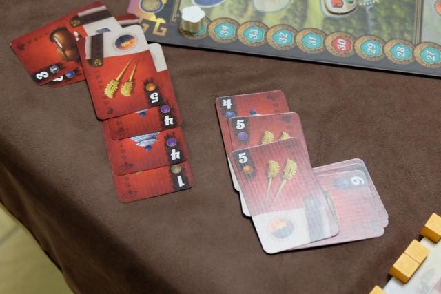 Pour moi : la photo de cette partie ! En fait, lors de la quatrième manche, je me retrouve seul à la fin pour jouer 2 tours plein et je me focalise alors sur la récupération de cartes qui correspondent aux dés (notamment avec le décret qui me permet de jouer des cartes à égalité). Au final, avec trois cartes qui correspondent et une avance sur Yohel sur la piste d'Intrigues, je me sentais plutôt pas mal. C'était sans compter sur ce bougre qui en a une de plus ! Du coup, il empoche 5 PV (les quatre cartes + le point lié au fait qu'il ne peut pas monter sur l'empereur) et moi 0 ! :-( S'il avait eu une carte de moins, c'était moi qui empochais le gain de 4 PV (3 liés aux cartes et le point de l'empereur). D'où un delta absolument gigantesque de 9 PV entre nous !!! Et, autant vous le dire de suite, il gagne avec 6 PV d'avance... :-( :-( :-(