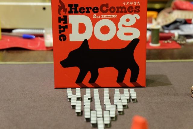 Jeu improbable. Boîte magnifique. Matériel de dingue. On ne sait pas trop vers quoi on  va en essayant ce jeu où les chiens sont une menace pour l'homme...