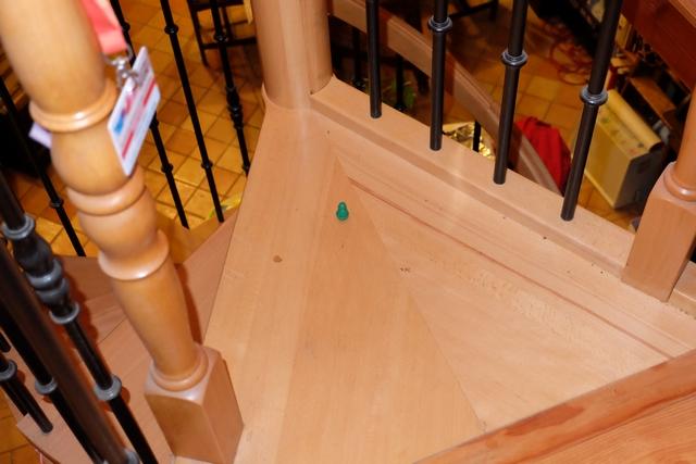 Oulha !!! Je viens de faire visiter la mezzanine de jeu à mon pingouin vert ! Il atterrit juste en haut de l'escalier qui descend... On a eu chaud pour ne pas le casser...