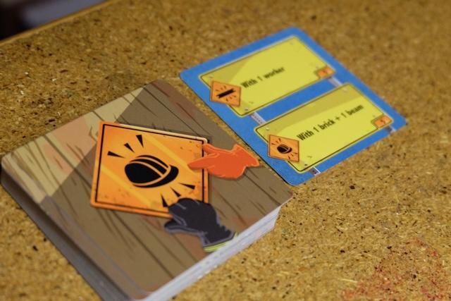 Première carte retournée : placer un ouvrier sur une poutre noire ou orange avec une brique et une poutrelle sur lui.