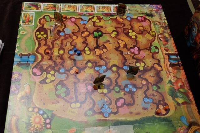 Petite vue en fin de premier tour de jeu, après que Leila a joué deux cartes et moi trois.