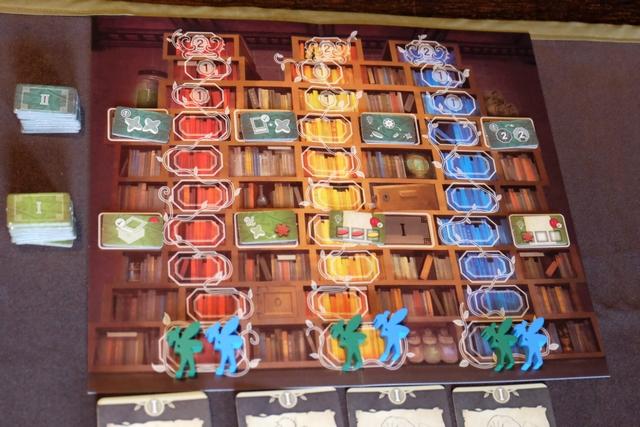 Un plateau collectif permet de comptabiliser la progression de chaque joueur sur les pistes des 3 couleurs primaires, avec de simplement magnifiques fées colorées (oh, la fée Clochette...) !